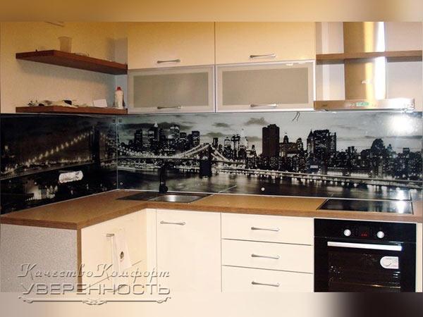 Кухня угловая белая с фотопечатью