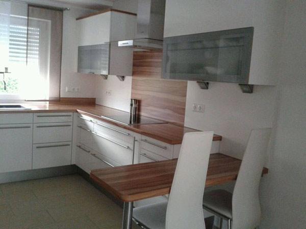 Кухня угловая белая с отделкой под дерево