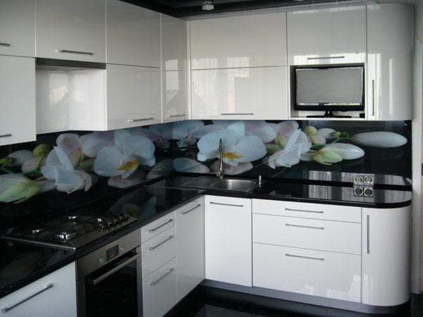 Кухня угловая белая со скинали