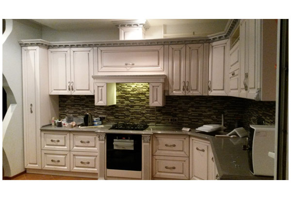 Кухня угловая белая в классическом стиле