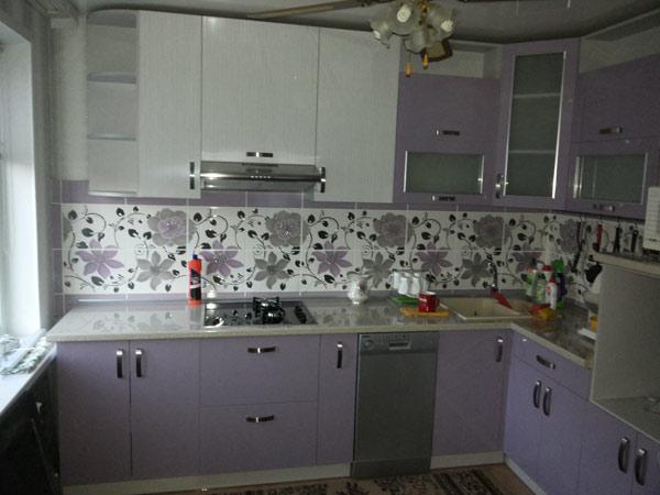 Кухня угловая бело-фиолетовая