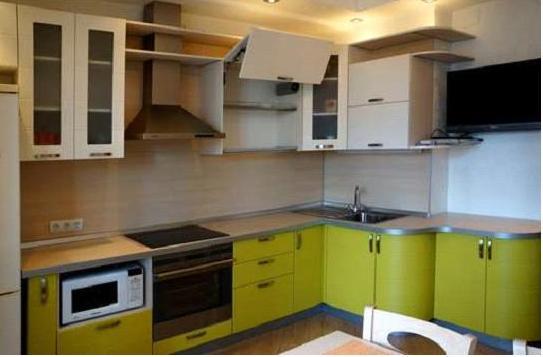 Кухня угловая бело-салатовая