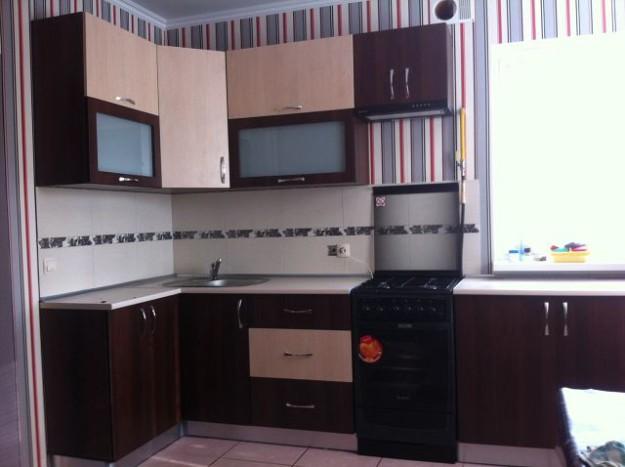 Кухня угловая бежево-коричневая
