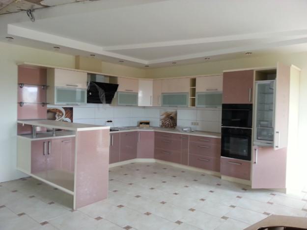 Кухня угловая бледно-розовая с барной стойкой