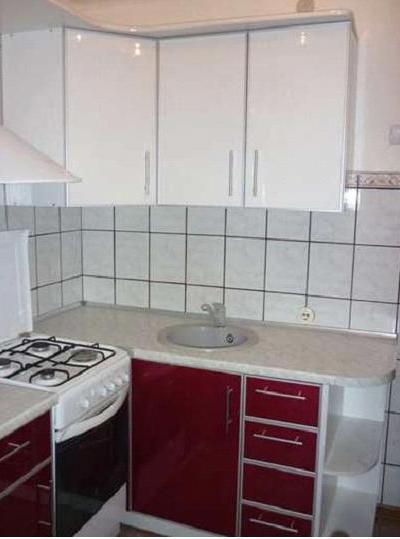 Кухня угловая бордово-белая
