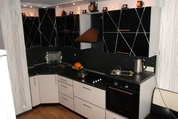 Кухня угловая черные скинали