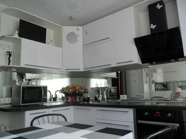 Кухня угловая черно-белая с фартуком из зеркала