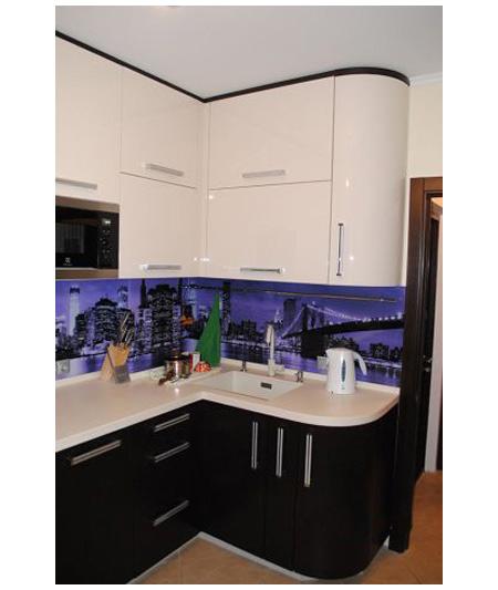 Кухня угловая черно-белая с высокими шкафами