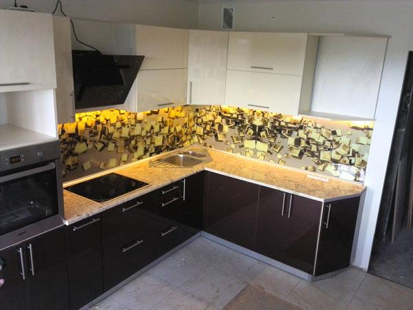 Кухня угловая черно-белая со скинали