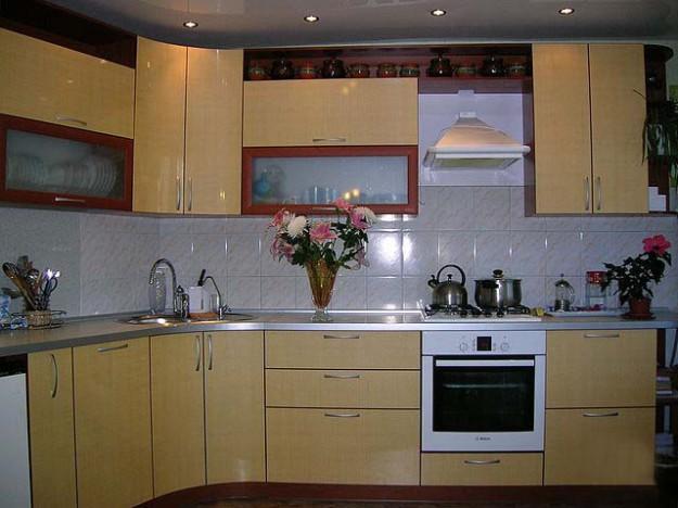 Кухня угловая глянцевая с нишей для духового шкафа