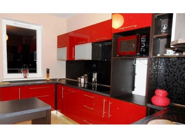 Кухня угловая красная с черным с декором