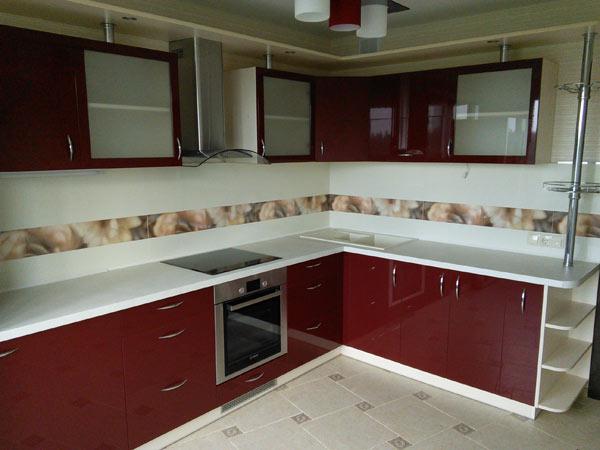 Кухня угловая красная с металлической штангой