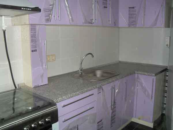 Кухня угловая лилового цвета