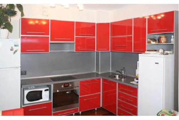 Кухня угловая насыщенно-красного цвета