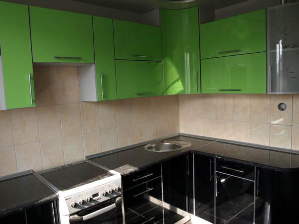 Кухня угловая насыщенного зеленого цвета
