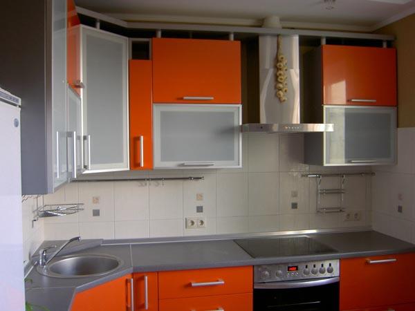 Кухня угловая оранжево-серая