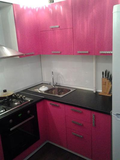 Кухня угловая розовая