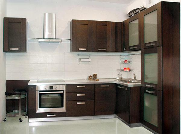 Кухня угловая с белой столешницей