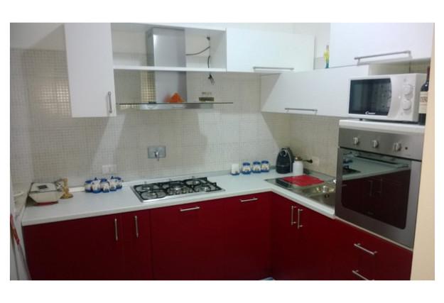 Кухня угловая с бордовыми и белыми фасадами