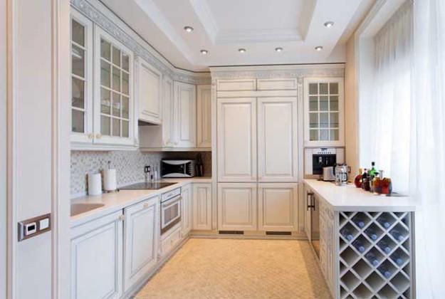 Кухня угловая с декоративными узорами