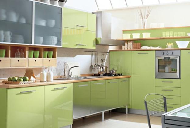 Кухня угловая с деревянными вставками