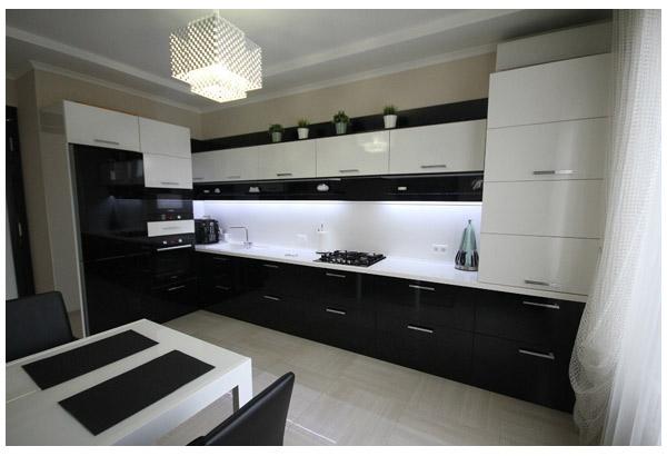 Кухня угловая с двухцветным фасадом