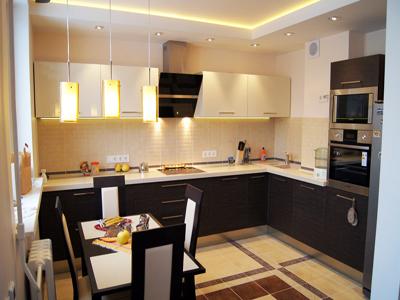 Кухня угловая с двухцветными фасадами