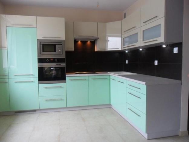 Кухня угловая с фасадами цвета мяты