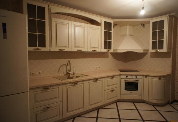 Кухня угловая с фасадами из массива