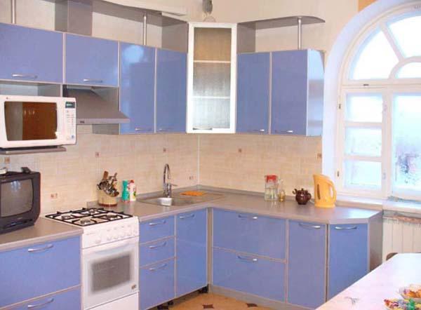 Кухня угловая с фасадами синего цвета