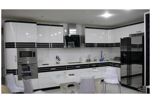 Кухня угловая с глянцевым фасадом