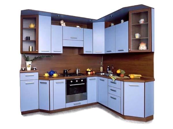 Кухня угловая с голубым цветом створок