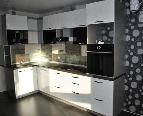 Кухня угловая с комбинированным фасадом
