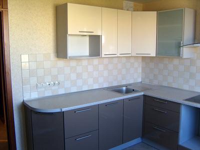 Кухня угловая с комбинированными фасадами