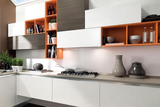 Кухня угловая с комбинированными навесными полками