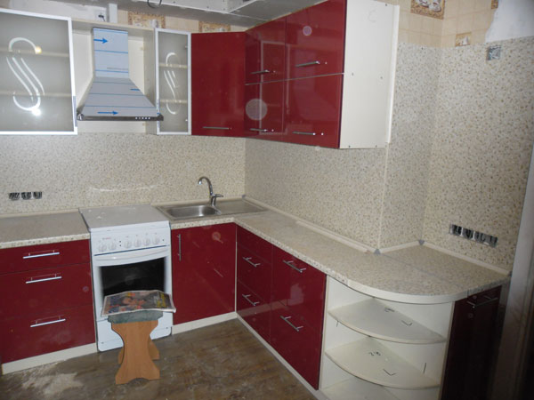 Кухня угловая с красными элементами