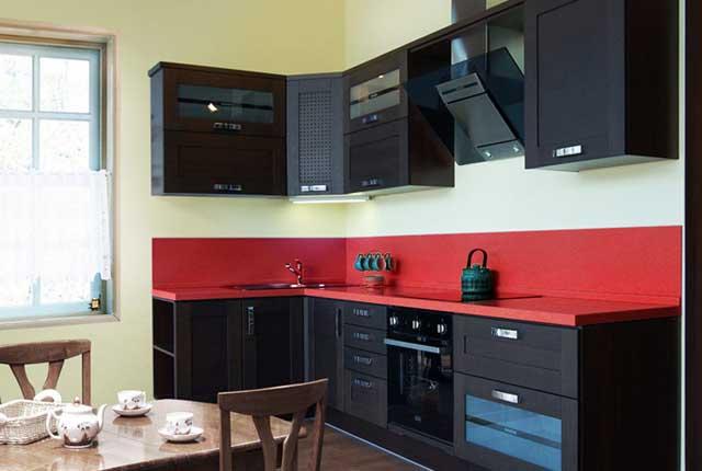 Кухня угловая с красными вставками