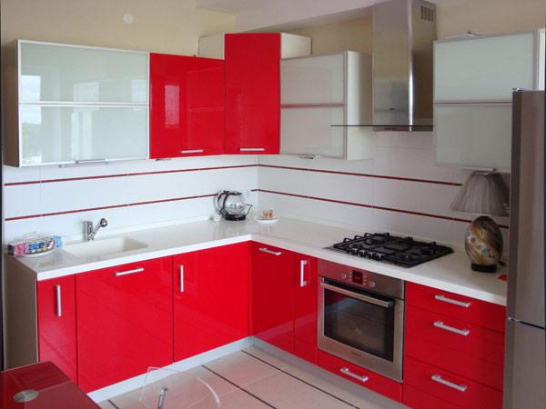 Кухня угловая с красно-белым фасадом