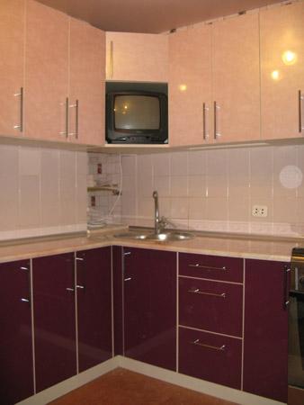 Кухня угловая с подвесными шкафчиками