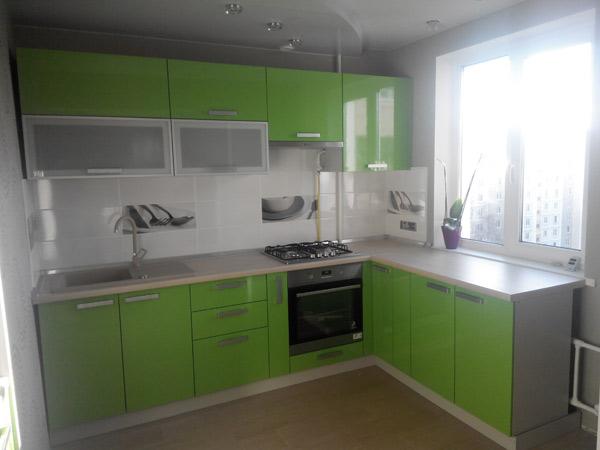 Кухня угловая с салатовым фасадом