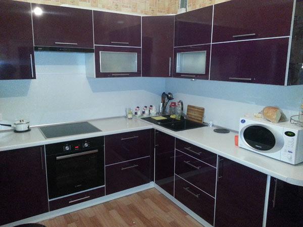 Кухня угловая с темно-фиолетовым фасадом