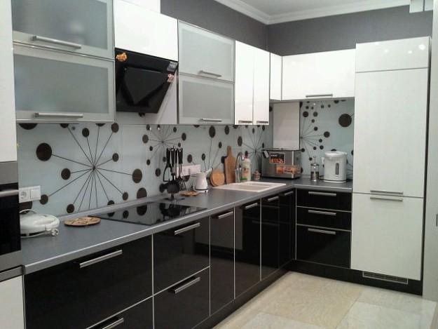 Кухня угловая с удлиненными дверными ручками