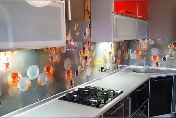 Кухня угловая с витринами из стекла лакобеля