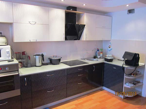Кухня угловая с волнистой текстурой фасадов