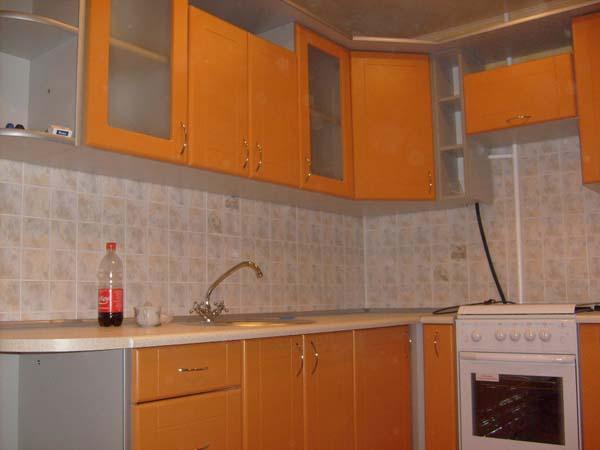 Кухня угловая серебристо-оранжевая