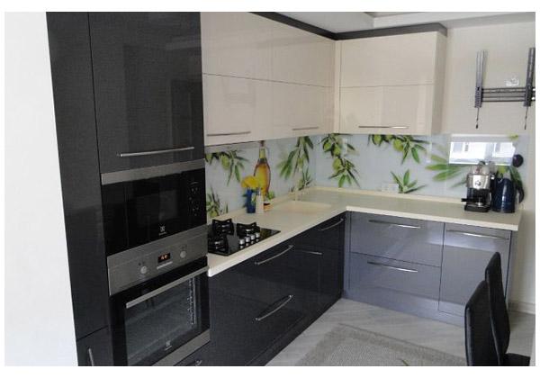 Кухня угловая серо-белая со стеклянным фартуком