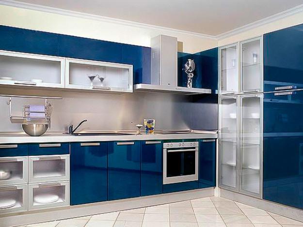 Кухня угловая синяя с зеркальным эффектом