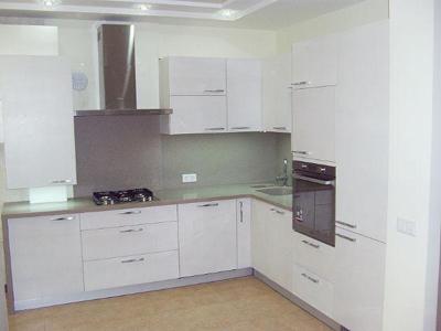 Кухня угловая в белом цвете