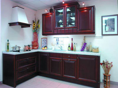 Кухня угловая в бордовом оттенке