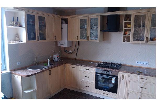 Кухня угловая в светлых тонах